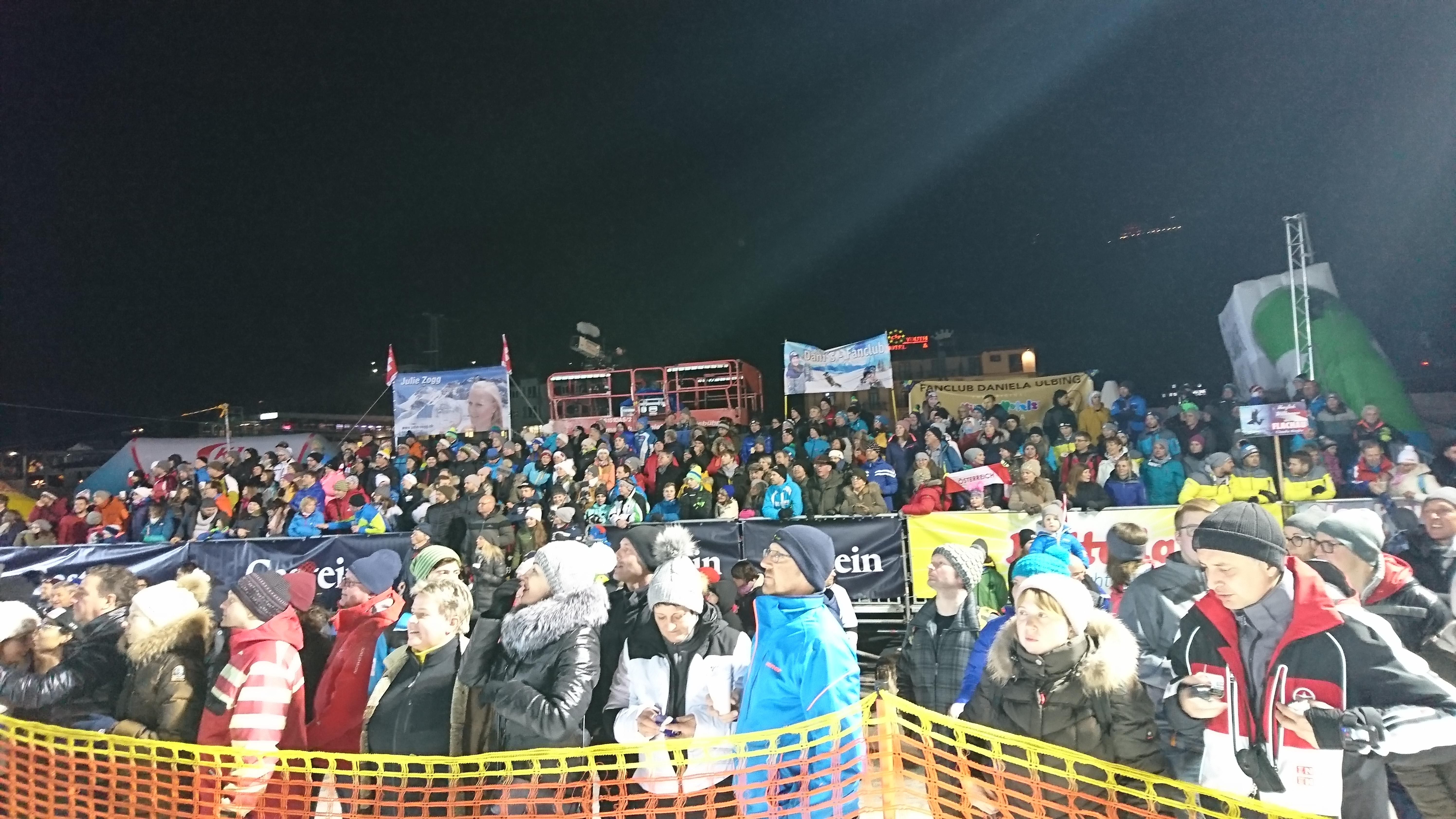 レースを観戦する大観衆 バドガシュタイン(オーストリア)