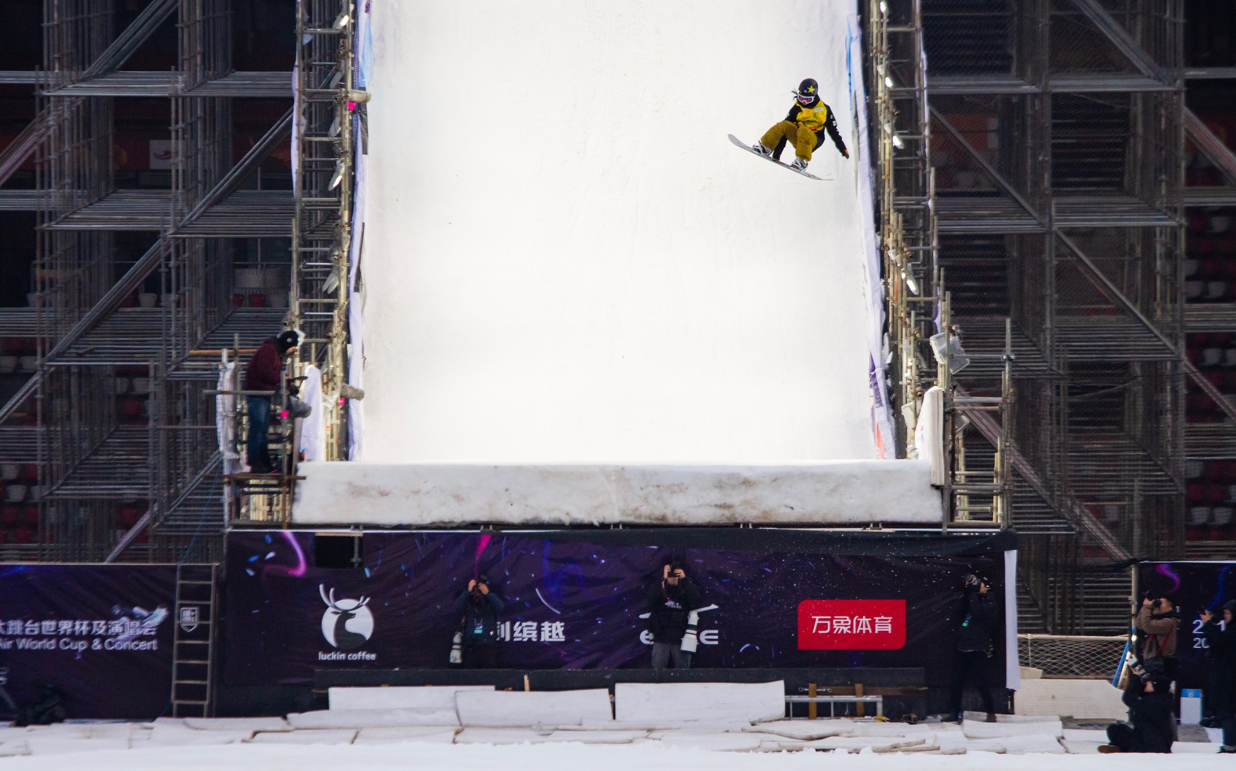 Leila Iwabuchi cab-9 stalefish in qualifying at Beijing Air & Style.